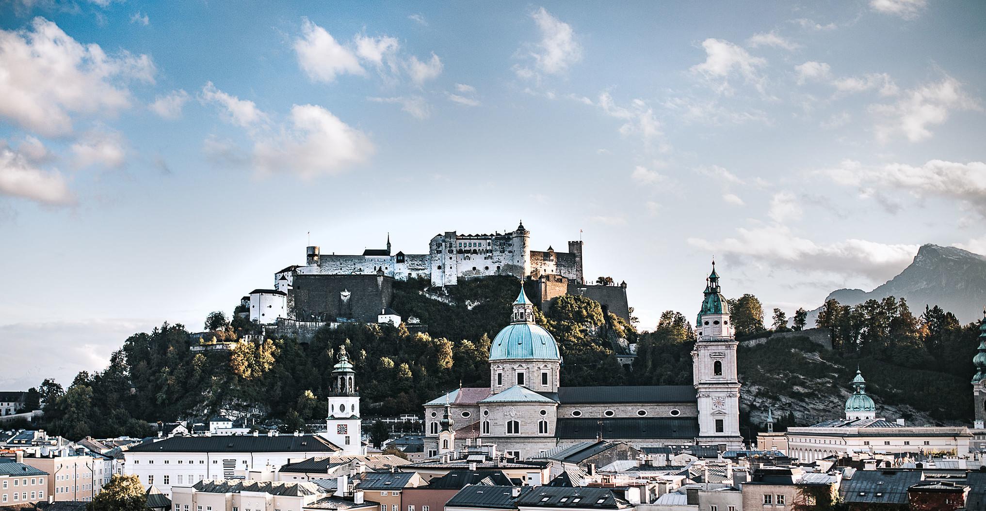 Salzburg Altstadt und Festung bei blauem, bewölkten Himmel