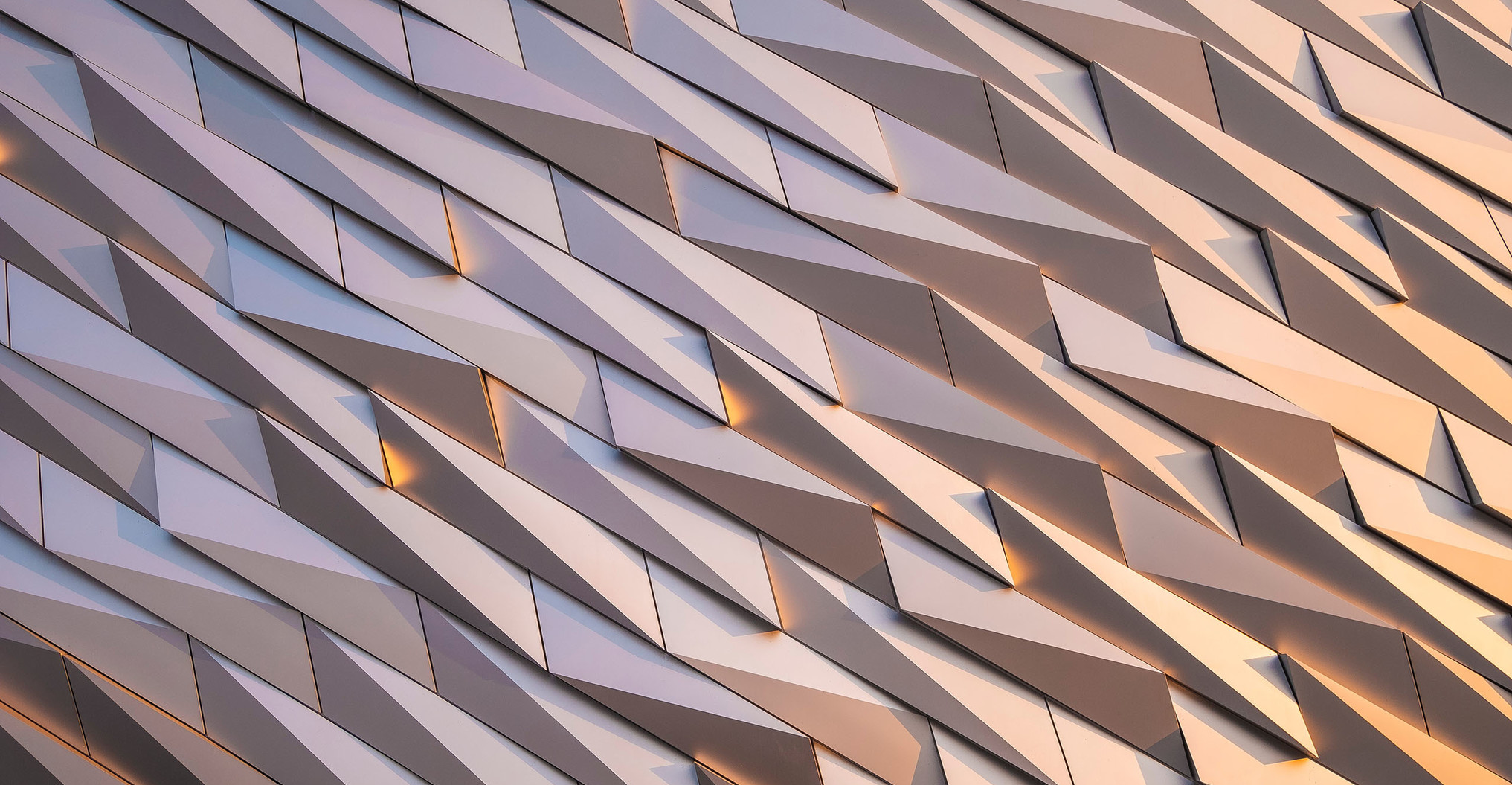 Golden-schimmernde Fassade mit Muster